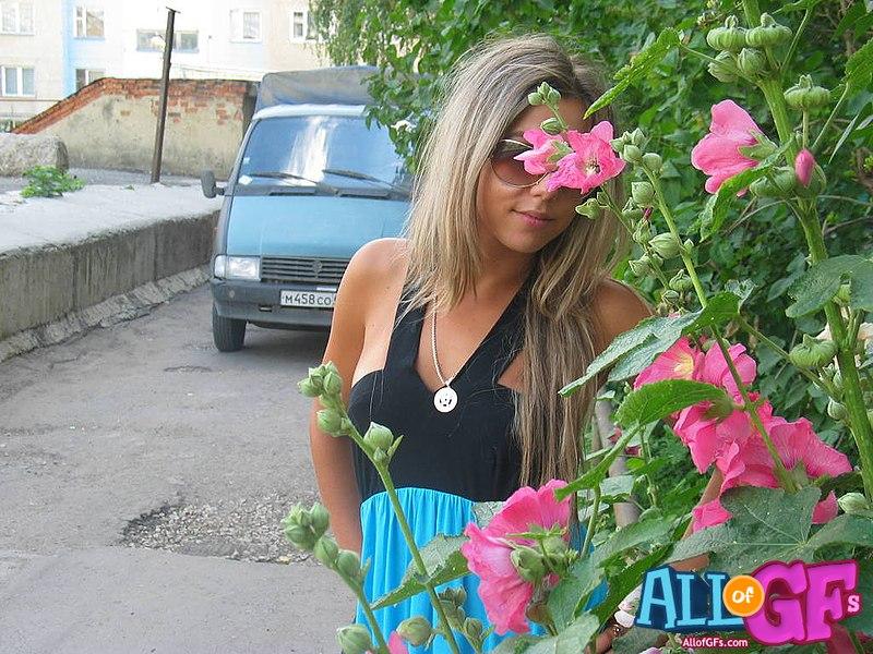 Naked girlfriend outdoor posing - allofgfs.com